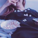 ポップコーンを食べる女性